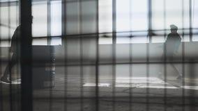 Танцы улицы 2 человек перед большим окном в получившемся отказ здании Подростки делая движение танца одновременно акции видеоматериалы