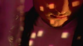 Танцы человека лекарства пристрастившийся около шарика диско, расточительствуя жизнь на партии ночного клуба видеоматериал