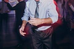 Танцы человека на смешном свадебном банкете гости имея потеху и танец стоковое фото rf