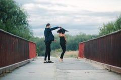 Танцы человека и женщины Стоковое Изображение