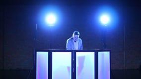Танцы DJ перед консолью DJ акции видеоматериалы