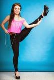 Танцы mp3 музыки предназначенной для подростков девушки моды слушая Стоковые Фотографии RF