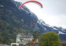 Тандемные полеты параглайдинга над швейцарскими Альпами Стоковые Изображения RF
