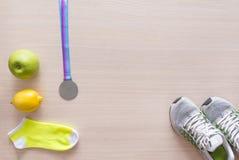 Тапки, желтые носки, зеленое Яблоко, желтый лимон, медаль, спорт Стоковые Фотографии RF