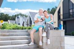 Тапки здоровых атлетических пар нося белые удобные делая selfie стоковая фотография rf