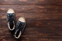 Тапки на деревянной предпосылке Стоковые Фото