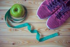 Тапки, сантиметр и свежее взгляд сверху яблока Здоровый и activ Стоковые Изображения RF