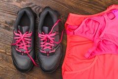 Тапки, футболка и бюстгальтер спорт Стоковое Изображение RF