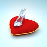 Тапочка Золушкы стеклянная на взгляде права подушки сердца Стоковое Фото