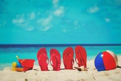 Тапочки, игрушки и маска подныривания на пляже Стоковые Изображения RF