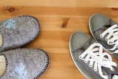 Тапочки и тапки против стоковая фотография rf