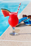 Тапочки коктеиля питья smoothie сока арбуза красные свежие и Стоковые Изображения