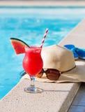 Тапочки коктеиля питья smoothie сока арбуза свежие, шляпа, бассейн солнечных очков Стоковое фото RF