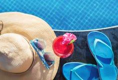 Тапочки коктеиля питья smoothie сока арбуза свежие, шляпа, бассейн солнечных очков Стоковые Изображения RF