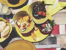 Тапы на таблице вполне еды Стоковое Изображение RF