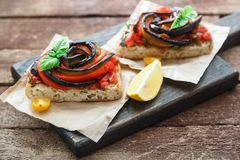 Тапы с испеченными aubergines и перцами на деревянной доске, деревенском стиле Стоковые Фото