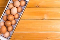 Тара для хранения здоровых коричневых яичек фермы Стоковые Изображения
