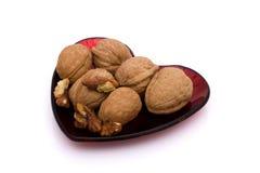 Тарелка сердца форменная здоровых грецких орехов Стоковые Фотографии RF