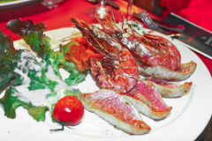 Тарелка шримса и зажженных рыб Стоковые Изображения RF