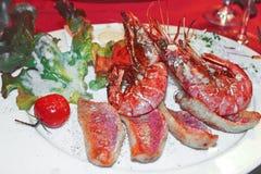 Тарелка шримса и зажженных рыб Стоковые Изображения