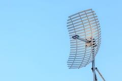 Тарелка антенны микроволны на предпосылке голубого неба Стоковое Фото