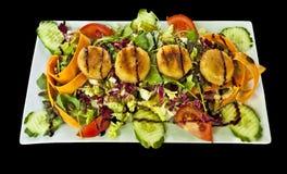 Тарелка салата с зажаренным сыром и одевать Стоковое Изображение