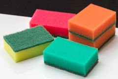 тарелки моют губкой мыть стоковые изображения rf
