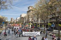 Таррагона, Испания - 01, 05, 2017: Люди с флагами на улице Таррагоны на 1-ом из могут, международное торжество Стоковые Фотографии RF