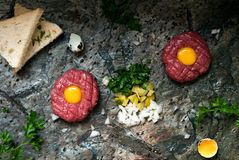 Тартар из говядины с замаринованным огурцом и свежими луками на темной мраморной предпосылке стоковые изображения rf