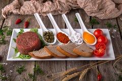 Тартар из говядины с каперсами, яичко, специи стоковое изображение