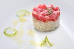 Тартар тунца и сметанообразный рис с нюхом лимона стоковые фотографии rf