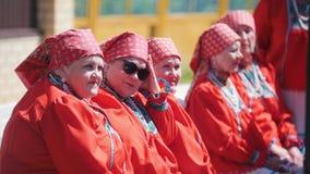 Татарстан, Laishevo 25-05-2019: Женщины в красной традиционно русской одежде сидят на стенде акции видеоматериалы