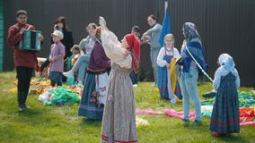 Татарстан, Laishevo 25-05-2019: Женщины в традиционно русской одежде на поле и остатках сток-видео