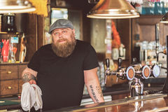 Татуированная деятельность мужчины как бармен стоковые фотографии rf