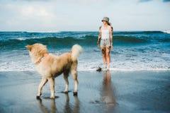 Татуированная женщина идя на пляж Стоковая Фотография RF