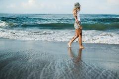 Татуированная женщина идя на пляж Стоковые Фото