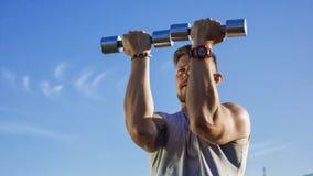 Татуированная зверская тренировка спортсмена на поле стоковые фото