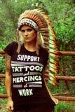 Татуированное модельное с индийским головным убором Стоковое Фото