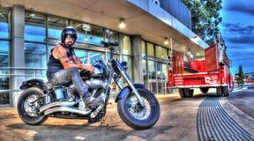Татуированный велосипедист на мотоцилк Harley Davidson стоковое фото