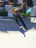 Татуированный скейтбордист стоковое изображение rf