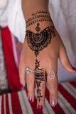 Татуировка хны конца-вверх на руке женщины Mehndi форма искусства тела стоковые фотографии rf