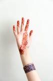 Татуировка Hinna и предпосылка bangles в наличии белая Стоковая Фотография RF