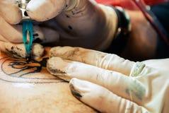 Татуируя конец кожи художественного произведения вверх Стоковые Изображения