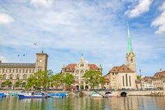 Таунхаус и монастырская церковь Fraumuenster, Цюрих, Швейцария стоковая фотография rf