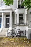Таунхаус с велосипедом стоковые изображения rf