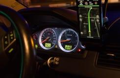 Тахометр и навигатор спидометра в автомобиле стоковая фотография rf