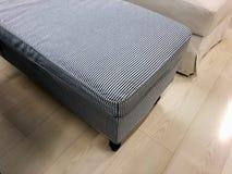 Тахта серого цвета удобная для современной белой спальни стоковые изображения rf