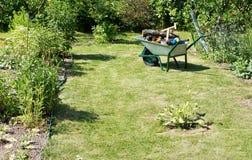 Тачка металла на лужайке сада Стоковые Фото