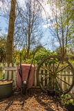Тачка сада и и старое колесо тележки вола Стоковые Фотографии RF