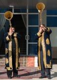 ТАШКЕНТ УЗБЕКИСТАН - 9-ое декабря 2011: Люди музыканта в традиционных kaftans играя karnay Стоковая Фотография RF